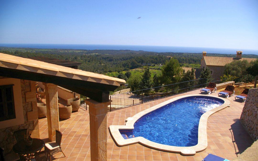 Finca Cas Poble - Blick auf den Pool und das Meer