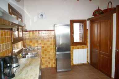 Finca Cas Poble - großer Kühlschrank in der Küche