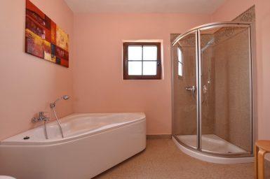 Bad mit Duschen und Badewanne