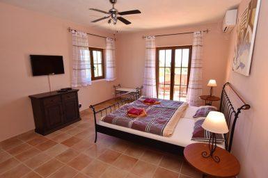 Schlafzimmer mit Balkon, Sat-TV und Bad en Suite