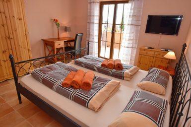 Schlafzimmer mit Sat-TV und Balkon