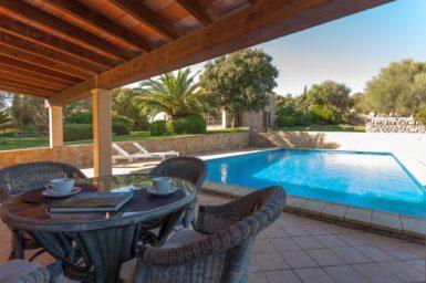 Finca Can Gall - überdachte Terrasse am Pool