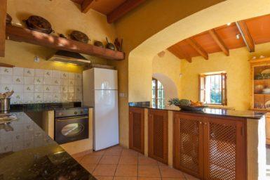 Finca Can Gall - Küche mit Herd und Kühlschrank