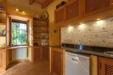 Finca Can Gall - Küche mit Geschirrspüler
