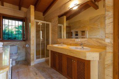 Finca Can Gall - Bad mit Doppelwaschbecken