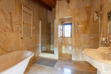 Finca Can Gall - Bad mit Dusche und Badewanne