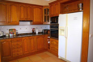 Küche mit großen Kühlschrank