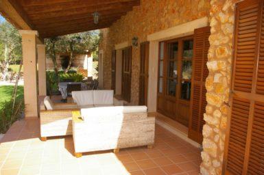 Finca Can Ravell - überdachte Terrasse mit Sonnenliegen