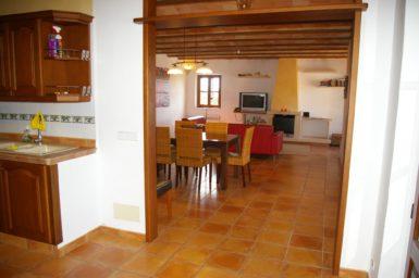 Finca Can Ravell - Blick von der Küche in den Ess-/Wohnbereich