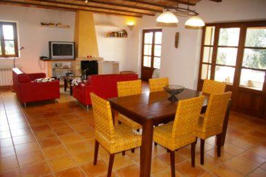 Finca Can Ravell - Ess-/Wohnbereich mit Zugang auf die Terrasse