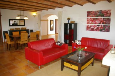 Finca Can Ravell - rote Ledercouch