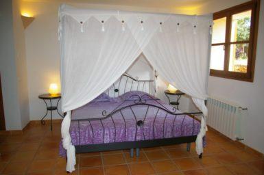 Finca Can Ravell - Schlafzimmer mit Himmelbett