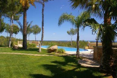 Garten mit Pool und Meerblick