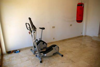 Fitnessraum mit Tischtennisplatte