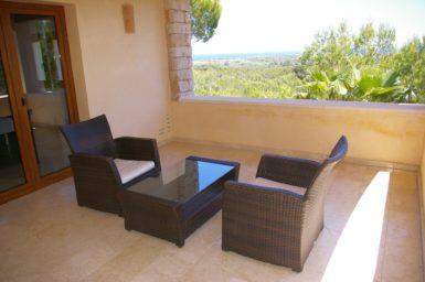 Balkon mit Außenmöbel