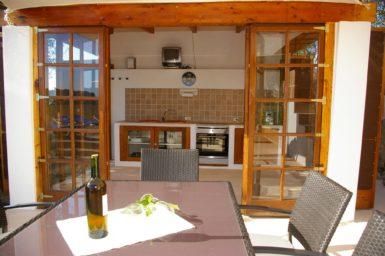 Finca Hortella - Esstisch vor der Außenküche