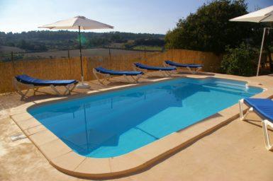 Finca Hortella - Pool mit Sonnenliegen