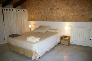 Finca Hortella - Schlafzimmer mit Steinwand