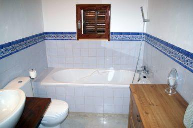 Finca Hortella - Bad mit Badewanne und Dusche