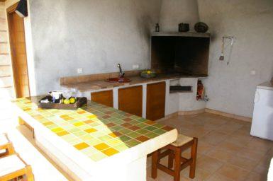 Finca Manolo - Holzkohlegrill, Spüle und Kühlschrank