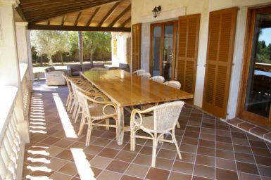 Großer Esstisch im Außenbereich
