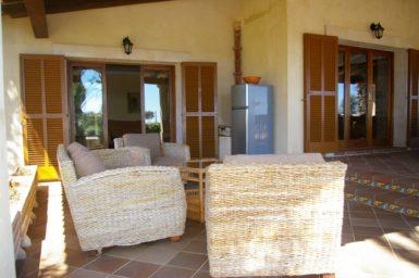 Überdachte Terrasse mit Möbel
