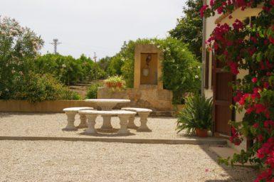 Finca Sa Taulada - Steinbank mit Tisch