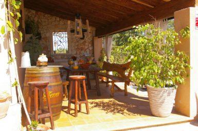 Überdachte Terrasse mit Außengrill