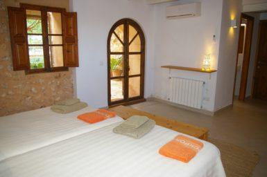 Schlafzimmer mit Zugang auf eine Terrasse