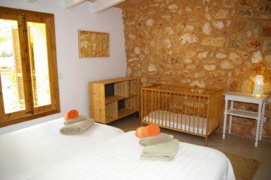 Schönes Schlafzimmer mit Naturstein-Wand