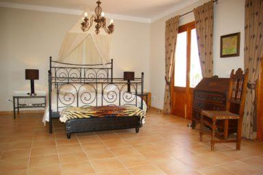 Finca Can Roig - Masterbedroom mit Bad en Suite