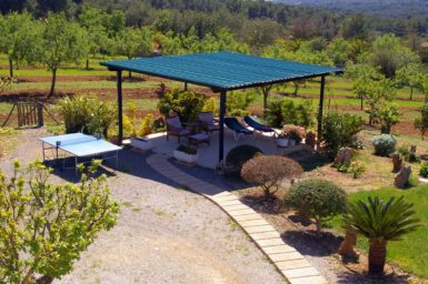 Finca Sa Bassa Seca - überdachte Terrasse im Garten