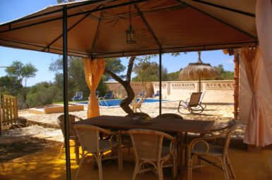 Finca Ses Donardes - Blick vom Esstisch zum Pool