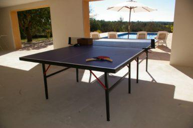 Tischtennisplatte am Poolbereich