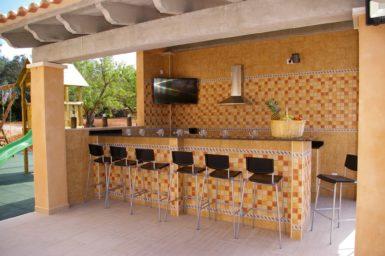 Bar mit Sat-TV am Poolbereich