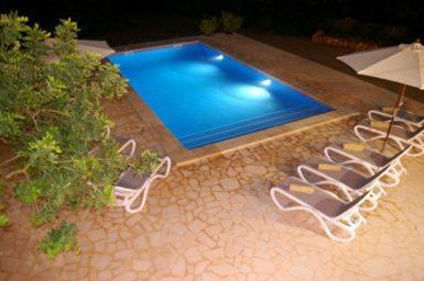Blick auf den Pool bei Nacht