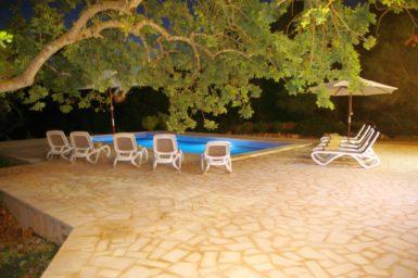 Poolbereich schön beleuchtet