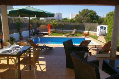 Ferienhaus Hector - Blick von der Terrasse zum Pool