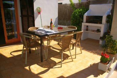 Ferienhaus Hector - Esstisch und Außengrill