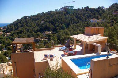 Ferienhaus am Hang mit Pool