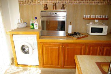 Voll ausgestattete Küche mit Backofen