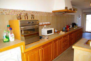 Voll ausgestattete Küche mit Mikrowelle