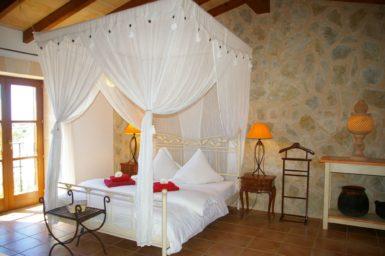 Schlafzimmer mit Himmelbett im OG
