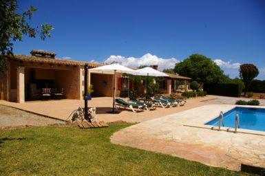 Finca Can Pere Juan - Poolterrasse mit Sonnenliegen