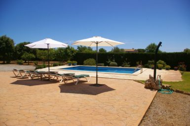 Finca Can Pere Juan - Poolbereich mit Sonnenschirme