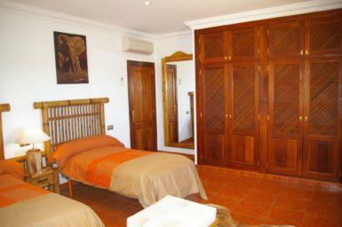 Schlafzimmer mit Klima und Einbauschrank