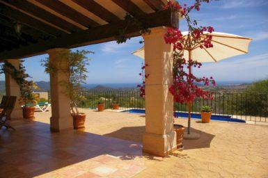 Finca El Cel - roter Bouganvilla an der Terrasse