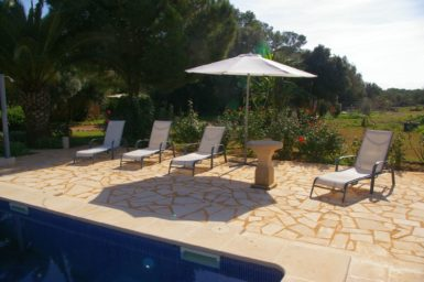 Finca Es Garrigo - Sonnenliegen am Pool