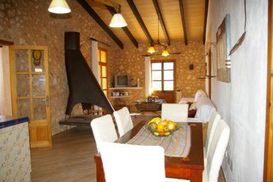 Esstisch mit Stühle im Innenbereich