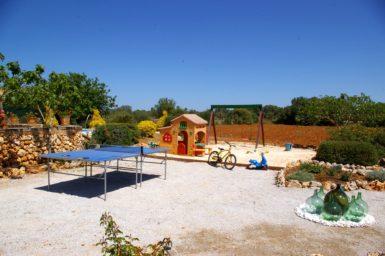 Tischtennisplatte und Kinderspielhaus